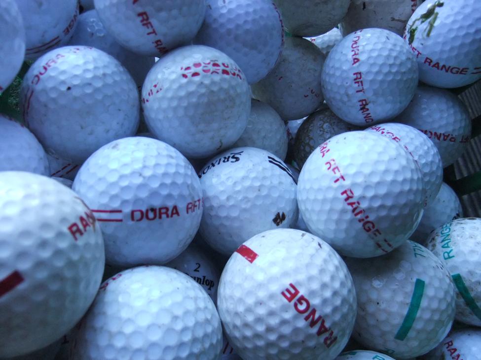 Una foto de muchas pelotas de golf.
