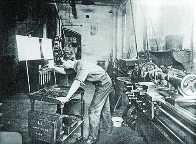 A photograph shows a machinist working alone in a Taylorist factory.